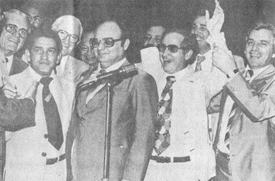 No Congresso Nacional, o deputado federal Isaac Newton Pessoa (PDS), da base aliada do governador Jorge Teixeira comemora a aprovação do projeto Rondônia estado. Ao lado, estava o deputado da oposição Jerônimo Santana (PMDB), o popular Bengala, que era contrário ao regime militar e a criação do estado, ladeados por outros parlamentares