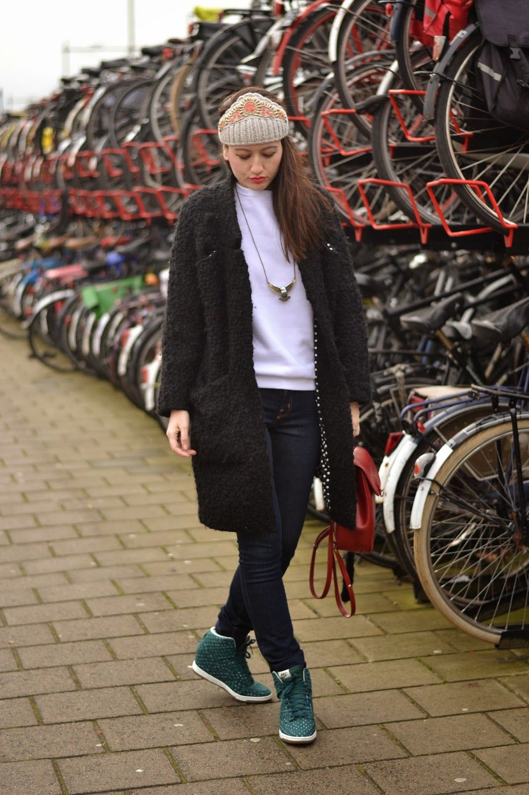 how to wear a tiara and sneakers